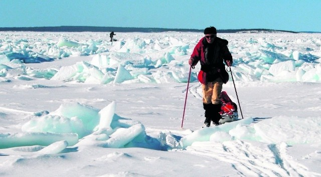 Przedzierali się przez zmrożony pofałdowany śnieg i różne lodowe kompozycje