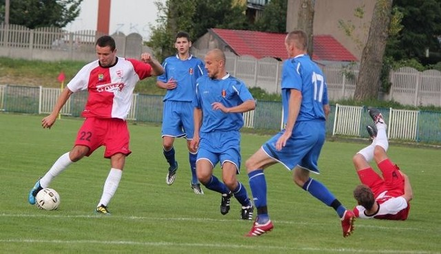 Piłkarze Olimpii Zambrów (niebieskie stroje) okazali się lepsi od łomżan