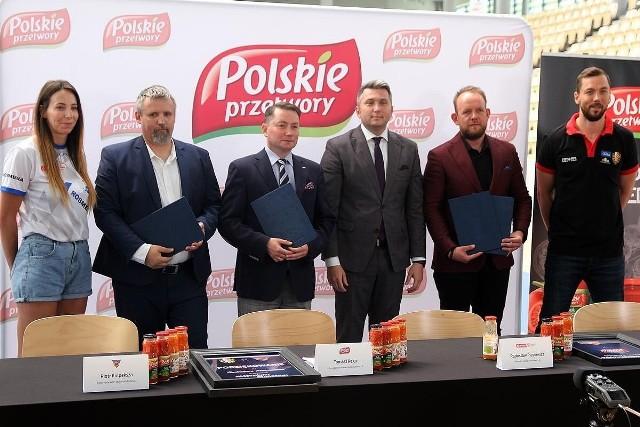 Umowy z bydgoskimi klubami obowiązywać będą do końca sezonu 2021/2022. Od lewej: Karina Michałek, Piotr Kulpeksza, Tomasz Rega, Radosław Piesiewicz, Bartłomiej Dzedzej i Michał Chyliński
