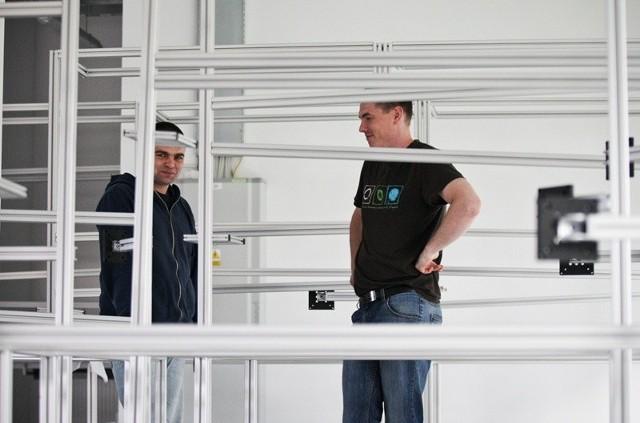 Pracownicy z firmy Apator Telemetria przygotowują pomieszczenia w SIT do działalności.