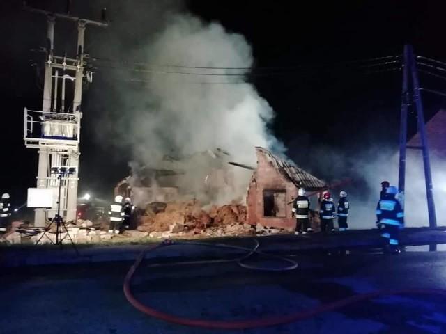 W środę o godz. 20.30 wybuchł pożaru na terenie gospodarstwa w Ganie (gmina Praszka).Z ogniem walczyło 8 zastępów strażackich: OSP Praszka, OSP Kowale, OSP Strojec, OSP Gana, OSP Skotnica, OSP Dalachów oraz dwa z JRG Olesno. Łącznie w akcji wzięło udział aż 44 strażaków.Akcję gaśniczą zakończono przed godz. 2.00 w nocy.  Spaleniu uległ dach budynku gospodarczego oraz składowana w nim słoma.Przyczyną pożaru było prawdopodobnie zaprószenie ognia przez osoby nieznane.Straty oszacowano wstępnie na 50 tysięcy zł.
