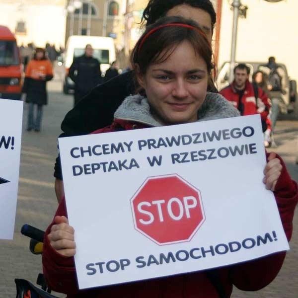 Protestujący przez kilkanaście minut blokowali przejazd przez ul. 3 Maja.
