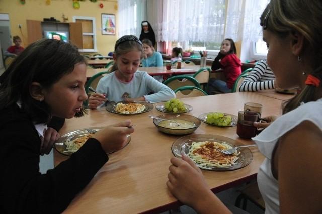 W Opolu tylko w jednej  podstawówce - PSP nr 16 w Nowej Wsi Królewskiej -  utrzymała się własna szkolna kuchnia. Dwudaniowy obiad z kompotem kosztuje w niej 3,50 zł.