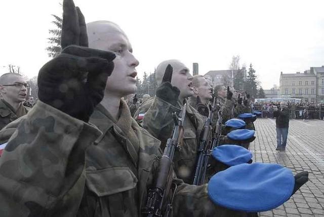 Setki ludzi obserwowalo ostatnią przysiege wojskową zolnierzy zasadniczej sluzby wojskowej na slupskim placu Zwyciestwa. Byla defilada, przemówienia i lzy najblizszych.
