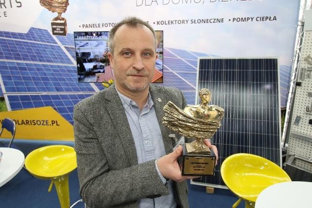 Krzysztof Lisowski, dyrektor do spraw marketingu w Solaris OZE na targach Enex chwalił się statuetką Lidera regionu 2017, od Echa Dnia.