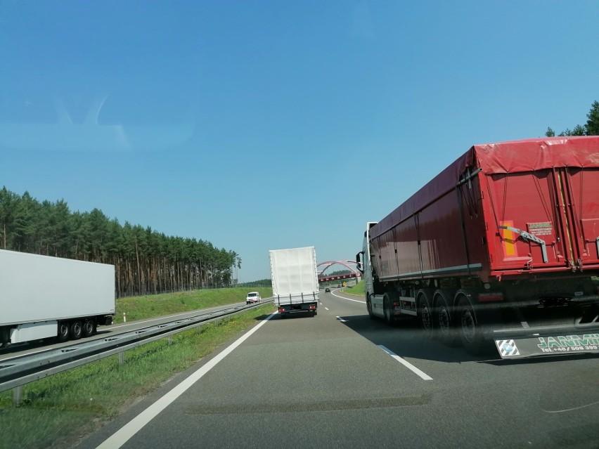 Pojazd ciężarowy uderzył w barierę ochronną na pasie rozdziału na wysokości miejscowości Rojewo – na odcinek drogi ograniczonym rozpoznawalnymi miejscowościami: węzeł Skwierzyna Południe - węzeł Międzyrzecz Północ (zdjęcie ilustracyjne)