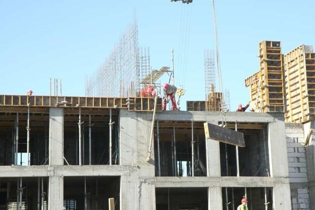 Budowa bloku mieszkalnego w LublinieDziś średnia cena mieszkania to ok. 4,6 tys. zł za mkw.