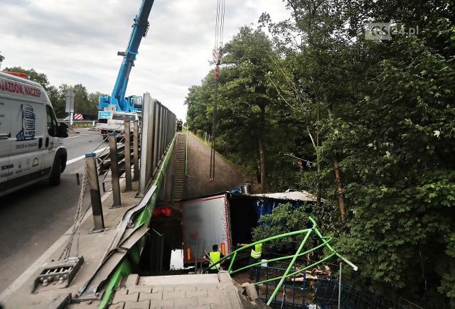 Akcja wyciągania ciężarówki z rzeczki przy autostradzie A6
