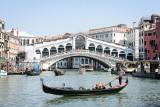 Wenecja odżywa po pandemii. Turyści opalają się w bikini przed kościołami, kwitnie nielegalny handel i sypią się kary
