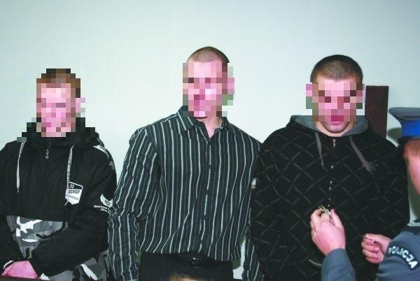 Daniel F., 18 lat (z lewej), Dawid D., 22 lata (w środku), Mariusz I., 21 lat (z prawej). Który z nich zadał Jarosławowi cios w twarz, który przyniósł mu śmierć?