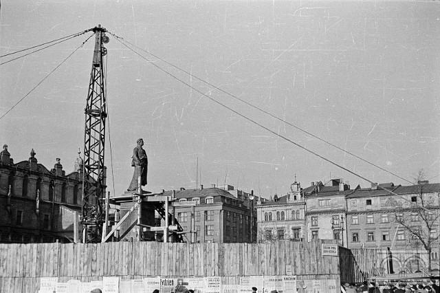 Pomnik Adama Mickiewicza na Rynku Głównym w Krakowie został zniszczony przez Niemców w czasie II wojny światowej, odzyskany po wojnie, zrekonstruowany i zamontowany w dniach 15-19.11.1955