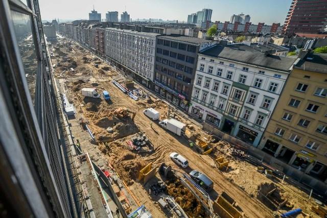Po ponad pół roku trwającego remontu, ul. Święty Marcin to teraz jeden wielki plac budowy. Zobaczcie, jak wygląda z góry ------->