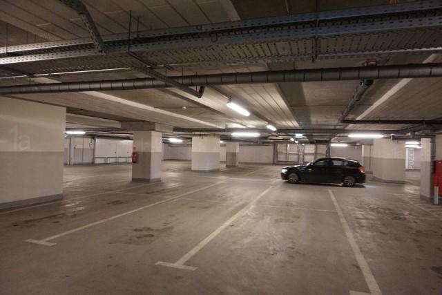 Parking na dworcu Łódź Fabryczna, od czasu włączenia go do SPP, świeci pustkami. Wysokość opłat zniechęciła jego wcześniejszych użytkowników.