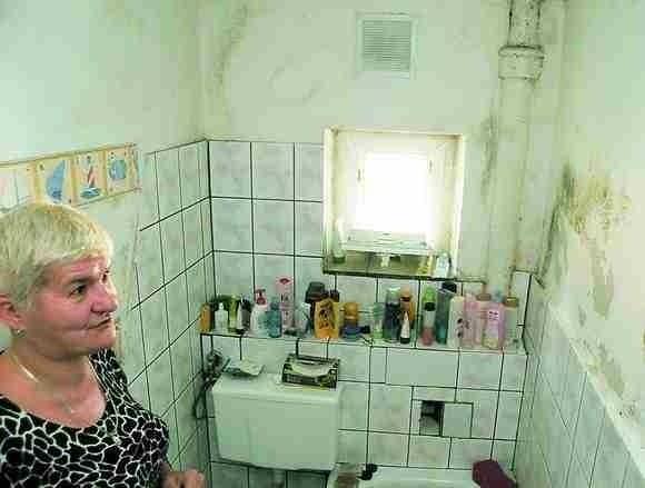 Mieszkanie z zasobów ADM BydgoszczLokatorzy czasem muszą czekać latami na przydział mieszkania z ADM. 6-osobowa rodzina państwa Karmolińskich mieszkała w lokalu ADM na 40 metrach kwadratowych, z grzybem na ścianach. Dostała już przydział na inne lokum.