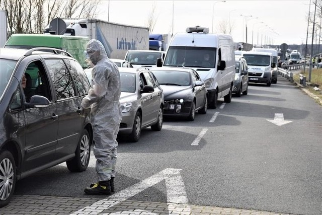 Sytuacja na granicy z Niemcami w Świecku jest dramatyczna. Korek ma ponad 30 km długości.
