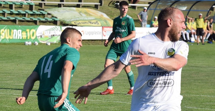 Przemysław Mycan (z prawej) ma 26 lat i gra na pozycji...