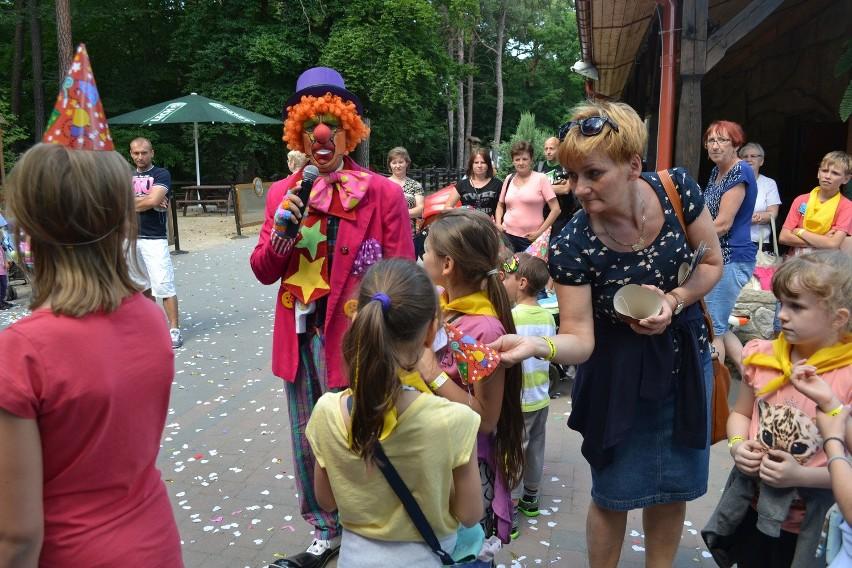 W Juraparku klauni zabawiali dzieci