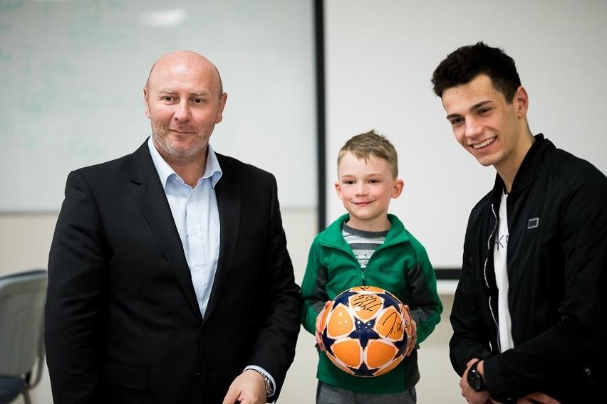 Poseł Szymon Ziółkowski i taekwondzista AZS Poznań, Karol Robak, przekonywali, że dziecki warto pomagać, a nie przeszkadzać w uprawianiu sportu