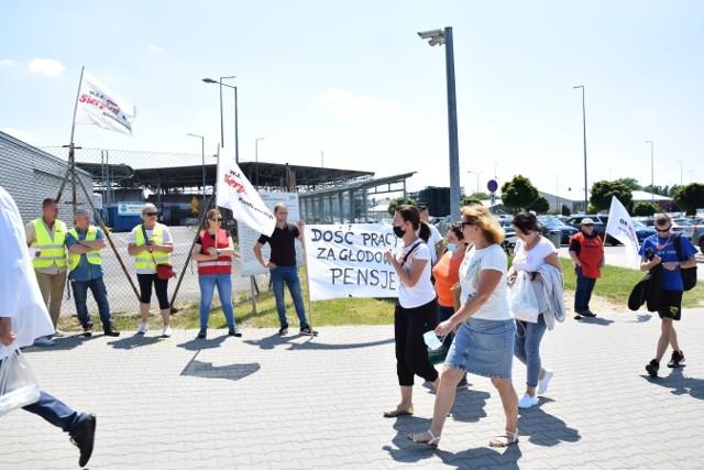 Protest przed bramą firmy Valeo w Skawinie w sprawie braku porozumień o podwyżkach płac. Związki zawodowe zapowiadają strajk