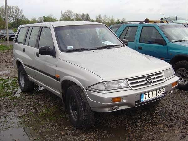 Ssangyong MussoSilnik: 2,9 Diesel. Rok produkcji: 1997. Wyposazenie: wspomaganie kierownicy, immobiliser, radioodtwarzacz CD, naped na obie osie. Cena: 19900 zl.