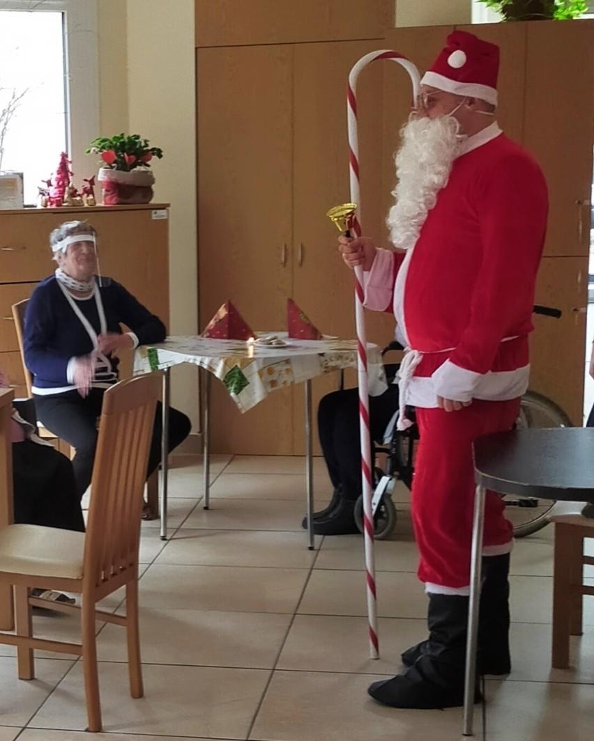 Seniorzy z domu dziennego pobytu w Tuszynie ćwiczą pamięć i się rehabilitują
