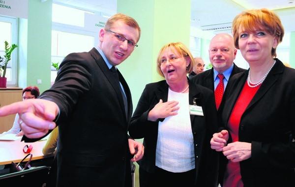 Poseł Krzysztof Kwiatkowski, dyrektor oddziału Ewa Żydowicz-Mucha i prezydent Hanna Zdanowska podziwiają nową salę.