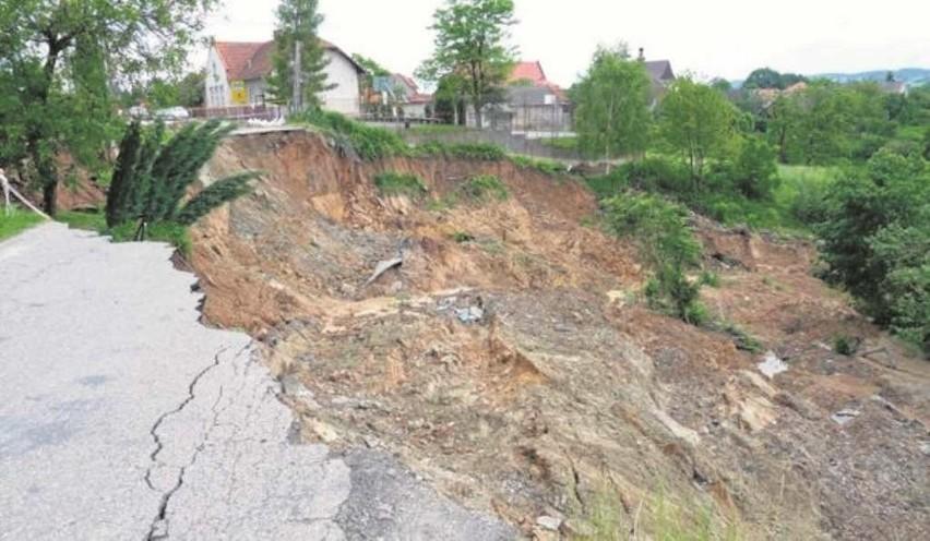 Zniszczona przez osuwisko droga w Dziekanowicach