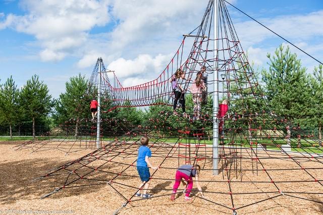 Nowy plac zabaw przy ul. Sokólskiej 1 został zaprojektowany na potrzeby przedszkolaków i dzieci z klas wczesnoszkolnych. Teren przeznaczony na plac zabaw podzielony został na dwie strefy: przy wejściu ma powstać strefa dla maluchów, a w głębi – strefa dla starszaków. Pozostała część terenu będzie wolna od urządzeń, ma być wykorzystywana na zabawy ruchowe oraz imprezy okolicznościowe organizowane dla dzieci przedszkolnych i klas wczesnoszkolnych.