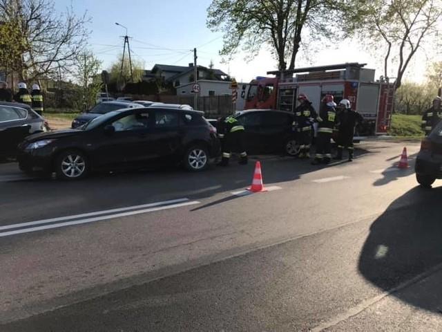 Fasty. Wypadek na skrzyżowaniu ulicy Szosa Knyszyńska z Łyskowską. Zderzyły się trzy auta