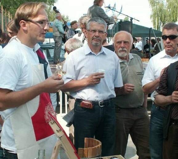 Winiarze byli wczoraj oblegani. Mariusz Pacholak z winnicy Cantina tłumaczy, że winnica musi być sadzona na najlepiej nasłonecznionych stanowiskach  (Fot. Krzysztof Fedorowicz)