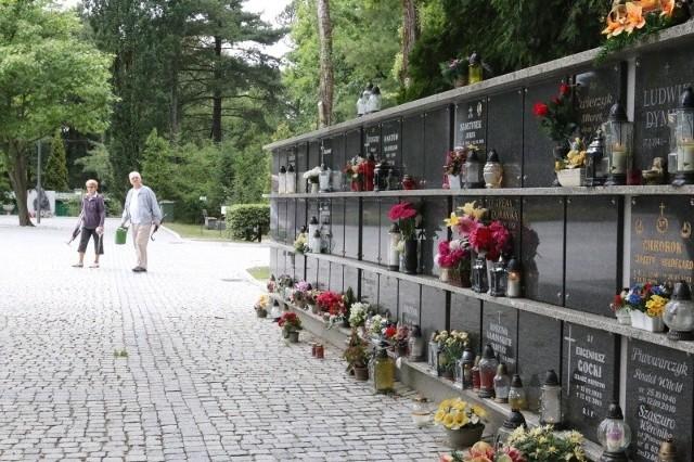 b Pierwsze kolumbarium (miejsce, gdzie składa się skremowane zwłoki) zbudowano na cmentarzu w  Opolu w 2009 roku. Ściany z urnami pozwalają zaoszczędzić sporo miejsca na nekropoliach.