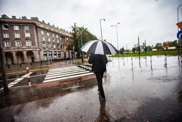 Pogoda w majówkę 2021 nie będzie dla nas zbyt łaskawa. Jeśli wybierzemy się na spacer, to koniecznie z parasolem!