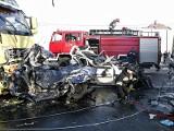 Tir zmiażdżył dwa auta. Zginęły trzy osoby  (zdjęcia, wideo)