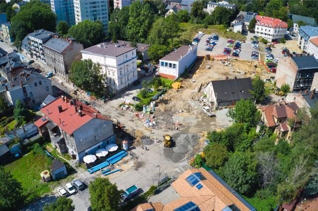 Budowa ronda w rejonie targowiska i zbiegu ulic Lompy i Cieszyńskiej w Bielsku-Białej. Zobacz kolejne zdjęcia. Przesuwaj zdjęcia w prawo - naciśnij strzałkę lub przycisk NASTĘPNE