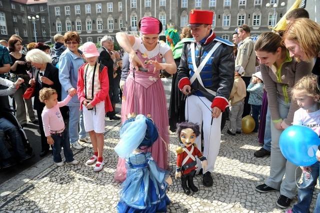 Otwarcie Pleciugi - paradaPleciuga otworzyla nową siedzibe. Przemarsz ulicami Szczecina.