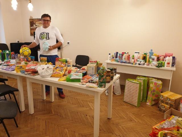 Bydgoszczanie nie zawiedli - to część darów, jaką przekazali w czasie tegorocznej wielkanocnej akcji. Na zdjęciu Ireneusz Nitkiewicz