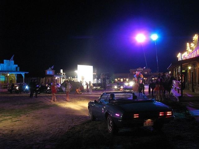 """Po zmroku """"Silverado City"""" zamieniło się w plan zdjęciowy filmu """"Discopolo""""."""