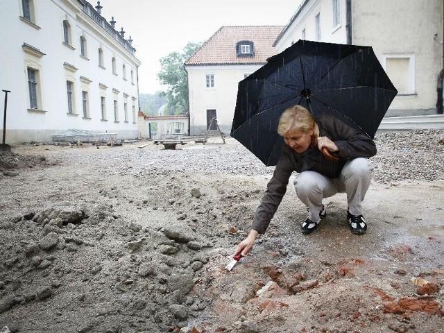 Na razie widać tylko fragment sklepienia dawnego kanału. Krystyna Bieńkowska twierdzi, że w ziemi może kryć się jeszcze więcej ciekawostek.