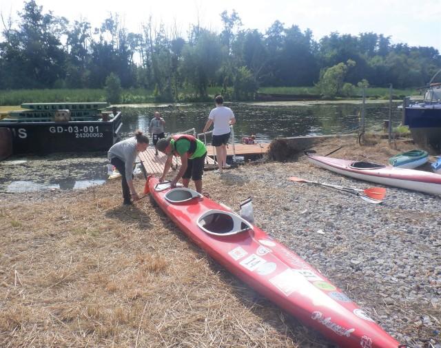 Przystań w pobliżu Fabryki Lloyda. Uczestnicy Kayakmanii przygotowują się do pierwszych startów do wyścigów na Brdzie