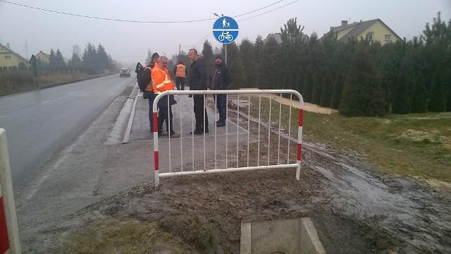 Bez wątpienia ten fragment ścieżki pieszo-rowerowej poprawi bezpieczenstwo na odcinku, gdzie dochodziło do wypadkówTak było jeszcze kilka tygodni temu (zdjęcie z lewej), a tak jest obecnie (zdjęcie z prawej) w Woli Baranowskiej