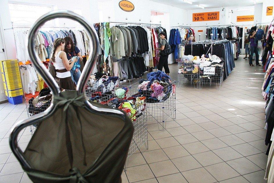 9edd9702af Sklepy z używaną odzieżą coraz mniej odbiegają standardem o tych  oferujących nowy towar. Niektórzy zakupy