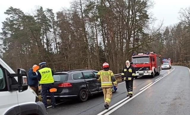 Kierująca audi, na łuku drogi straciła panowanie nad pojazdem i uderzyła w bok volkswagena, jadącego z przeciwnej strony. Nic nikomu się nie stało. Sprawczyni kolizji została ukarana mandatem. Na miejscu była policja, strażacy z Miastka i Trzebielina.