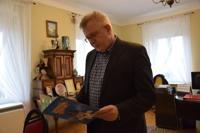 Dyrektor Muzeum Miejskiego w Nowej Soli dr Tomasz Andrzejewski zachęca do zapoznania się dzieci z najnowszą książeczką. 11 stycznia 2019 roku, Nowa Sól