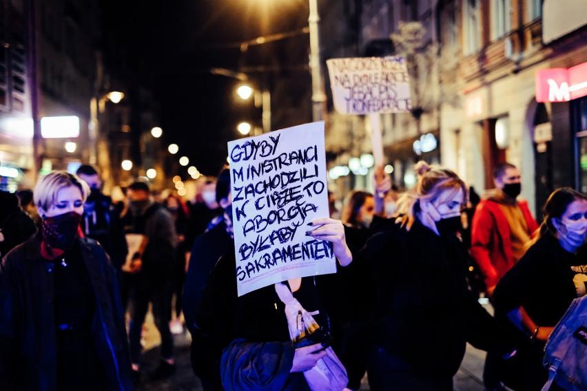 Najlepsze hasła na transparentach. Te banery to prawdziwe MEMY ulicy i hity internetu. Pomysłowe slogany na protest