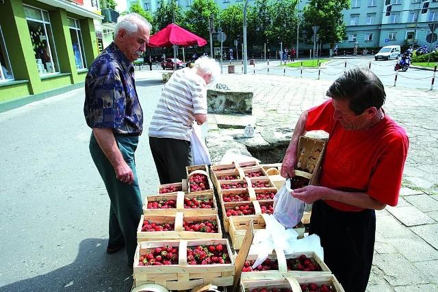 Tadeusz Chodorowski (po prawej) wczoraj sprzedawał w Białymstoku truskawki z okolic Korycina po 4 zł za kilogram. Są to owoce spod osłon.