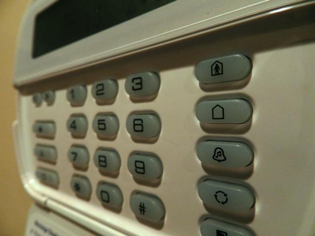 Alarm w domuInwestycja w zainstalowanie alarmu domowego niesie za sobą sporo korzyści. Dzięki systemowi alarmowemu mamy świadomość, że nasz dom lub mieszkanie jest pod ciągłym dozorem. Jednak to, że mamy zainstalowany alarm, wcale nie oznacza, że powinniśmy rezygnować z ubezpieczenia nieruchomości. To właśnie ubezpieczenie wraz z odpowiednimi zabezpieczeniami pozwalają uniknąć lub załagodzić skutki włamania.