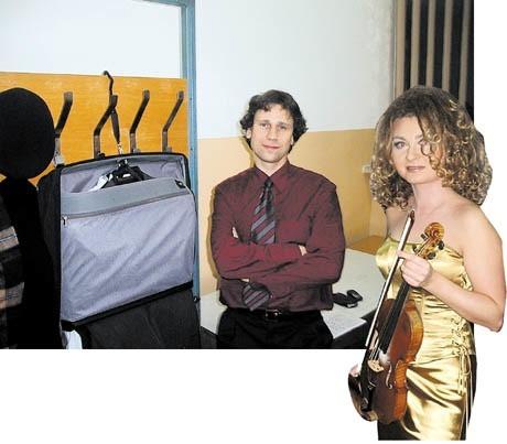 Na Katarzynę Dudę, która miesiąc wcześniej występowała w nowojorskiej Carnegie Hall, w Łomży czekała garderoba, jaką zobaczył Jan Miłosz Zarzycki, zwycięzca konkursu dyrygenckiego: z metalowym wieszakiem, olejną lamperią i tandetnymi meblami. Nie ma tam toaletki, czajnika, nawet szklanek.