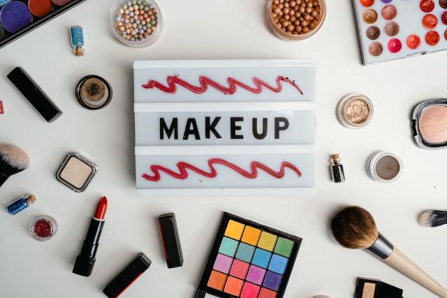 Podstawą niebieskiego makijażu oka jest odpowiedni kolor cienia do powiek. Warto postawić na dobre kosmetyki, które ułatwią wykonanie make-upu.