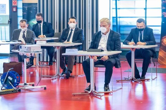 Sesja rady miasta w trybie hybrydowym na stadionie miejskim w lutym 2021 roku. Obrady 29.03.2021 były prowadzone już tylko w trybie zdalnym