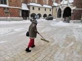 Kraków. Wielkie odśnieżanie na Rynku Głównym. Biały puch przykrył centrum miasta [ZDJĘCIA]